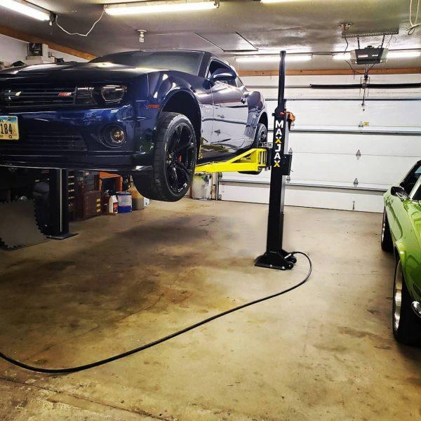 Chevrolet-Camaro-Blue-MaxJax-Portable-Car-Lift